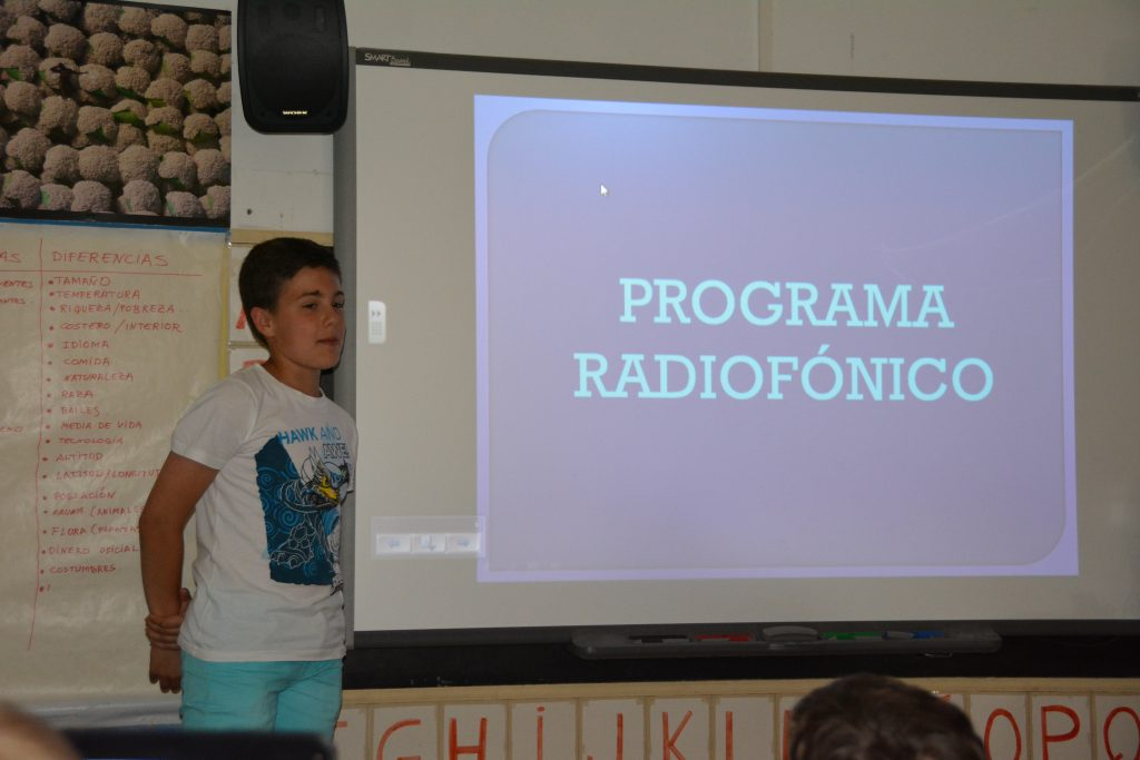 IÑIGO PRESENTA EL PROGRAMA DE RADIO. FOTOGRAFÍA DE ALBERTO JURÍO