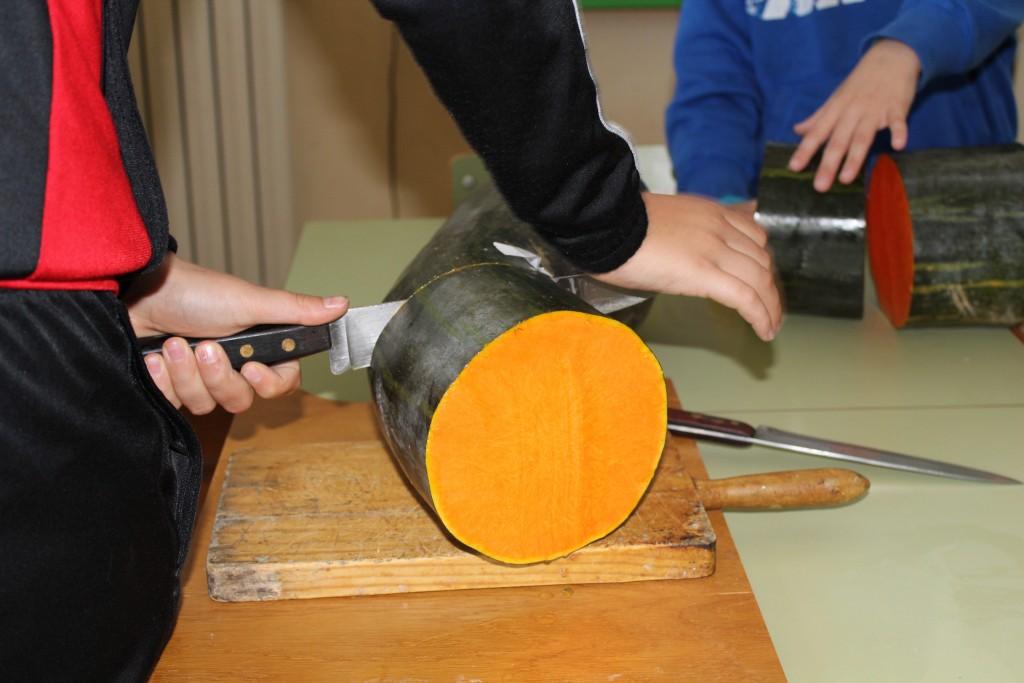 Después de hacer todo el trabajo duro cortamos las calabazas en trozos medianamente iguales